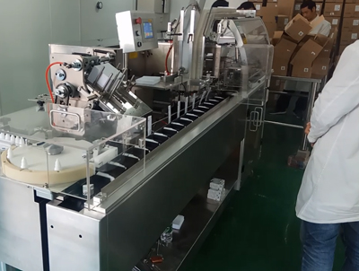 Cartoner equipped with Unscrambler for tube packaging